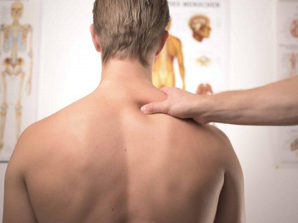 Unser Körper ist allen möglichen Belastungen ausgesetzt, da ist es kein Wunder, wenn wir mal Nackenverspannungen oder Rückenschmerzen bekommen. Dann hilft eine Schmerzsalbe, die unsere Beschwerden lindet (Bildquelle: Unsplash / Jesper Aggergaard).