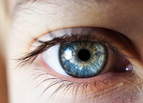 Augen sind die mit am empfindlichsten Organe des Körpers. Deshalb ist es wichtig diese ordnungsgemäß und steril zu behandeln. Hierfür gibt es neben Augentropfen auch noch andere Alternativen, um die Anwendung für dich so einfach wie möglich zu machen. (Bildquelle: Kalea Jerielle / unsplash)