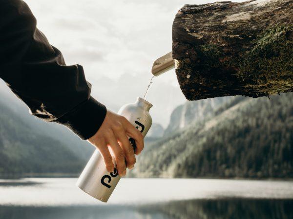 Basisches Wasser ist ein sehr mineralhaltiges Wasser, welchem von Befürwortern eine verjüngende sowie heilende Wirkung zugesprochen wird und den Körper vor Übersäuerung schützen soll. Bildquelle:  Kate Joie/123rf