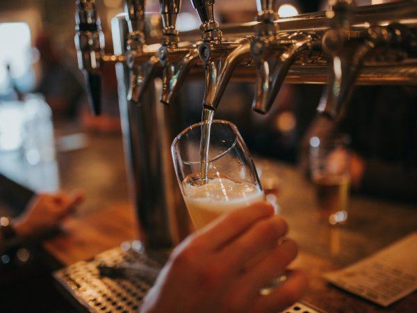 Die Hefe wird bei der Bierproduktion aus dem Bier herausgefiltert und kann dann weiter zu Pulver oder Tabletten verarbeitet werden. Bildquelle: Amie Johnson / 123rf